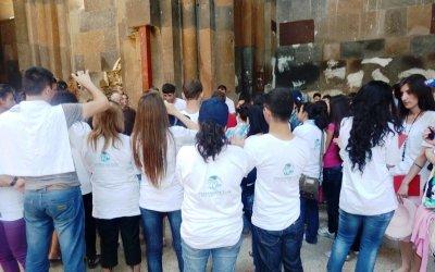 Անի, ուսանողները Մայր Տաճարի ներսում